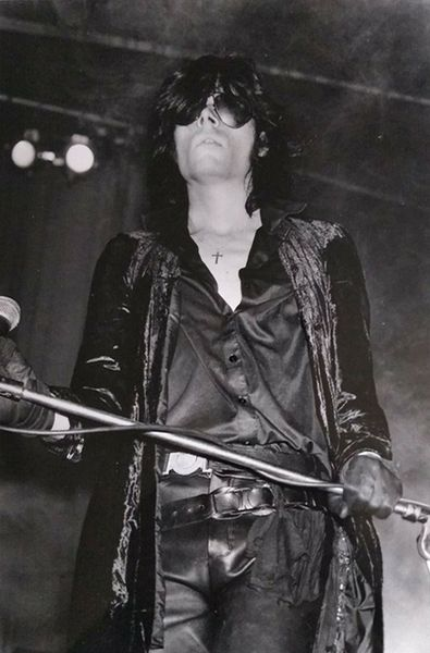 File:1984 05 05 Andrew Eldritch on stage 31-Oct-1984 at Lyceum London 3.jpg