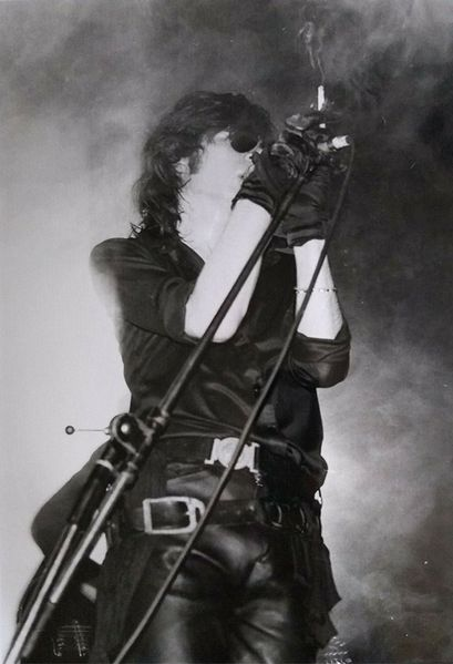 File:1984 05 05 Andrew Eldritch on stage 31-Oct-1984 at Lyceum London 2.jpg